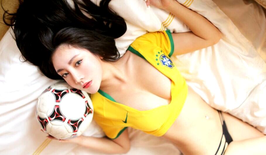娇媚女郎化身足球宝贝私房性感写真