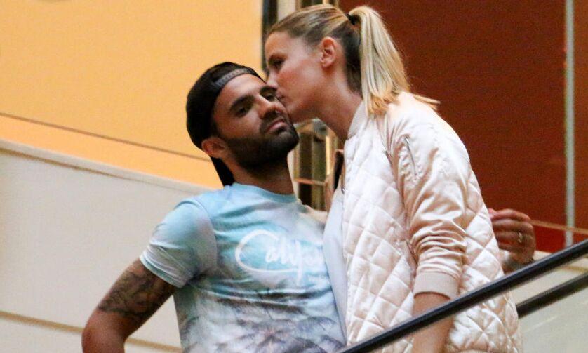 球星当街遭女友亲吻 陪